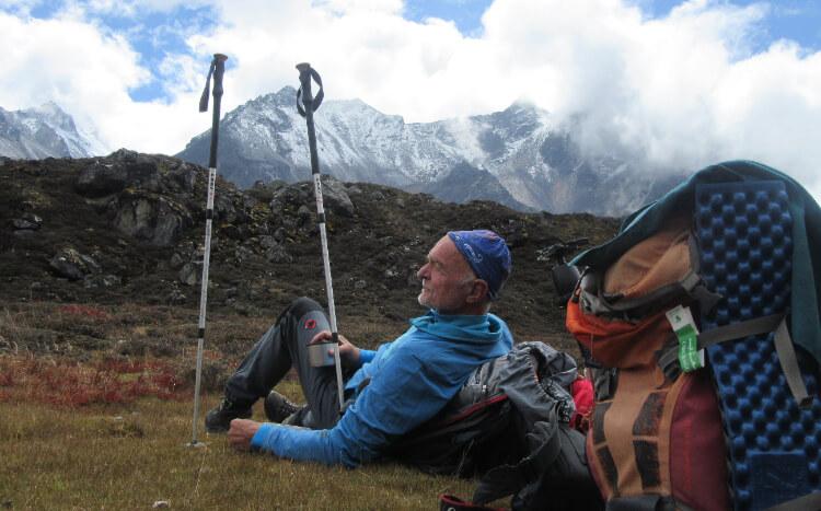 trekker resting in kanchenjunga